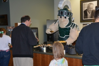 Sparty serves snacks at the 4-H alumni event.